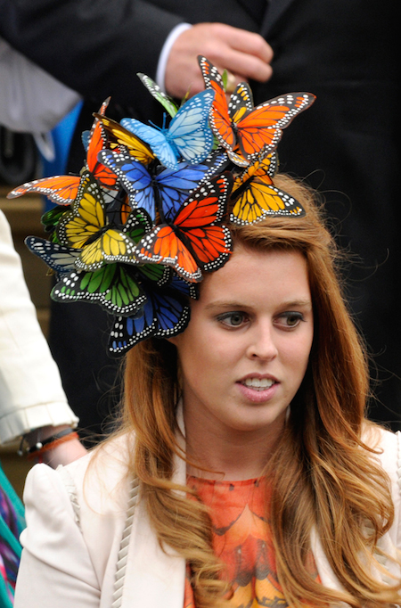 princess-beatrice-butterfly-hat-philip treacy-tocado-mariposas-beefeater-london-tribute-superfluo-imprescindible