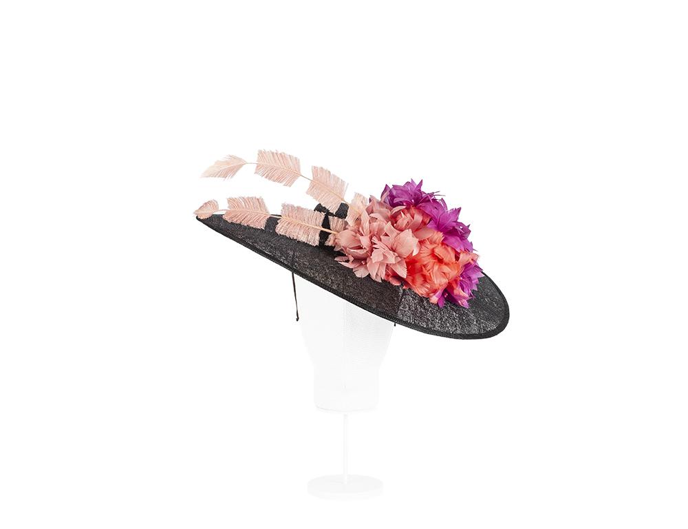 pamela sinamay con flores y plumas