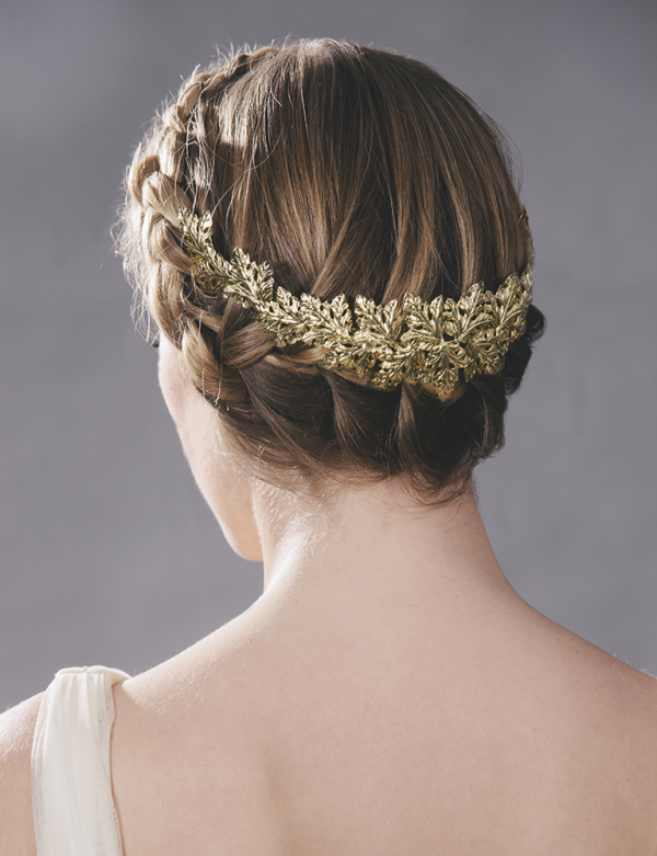 novia con corona metalica trasera hojas