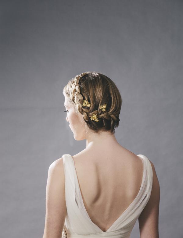 novia con horquilla de flores metalicas