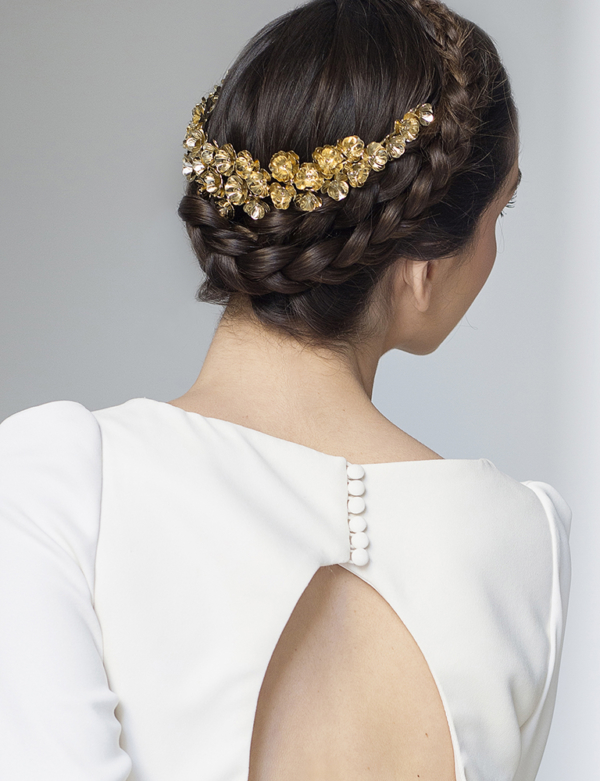 novia con corona metalica lira trasera