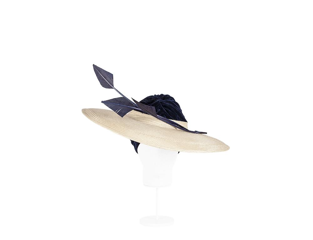 pamela con turbante y plumas