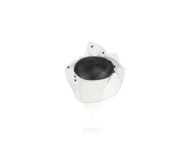 casquete negro con plumetti visto de perfil