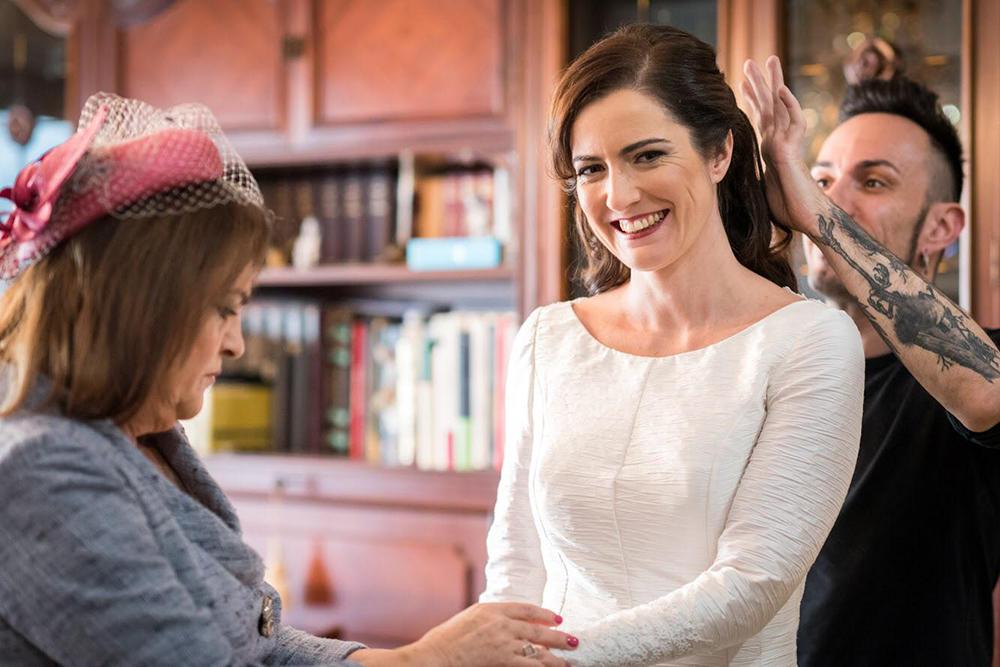 madre de novia con casquete tousette